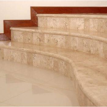 Kamienne schody z marmuru BRECCIA SARDA, obróbka półwałek